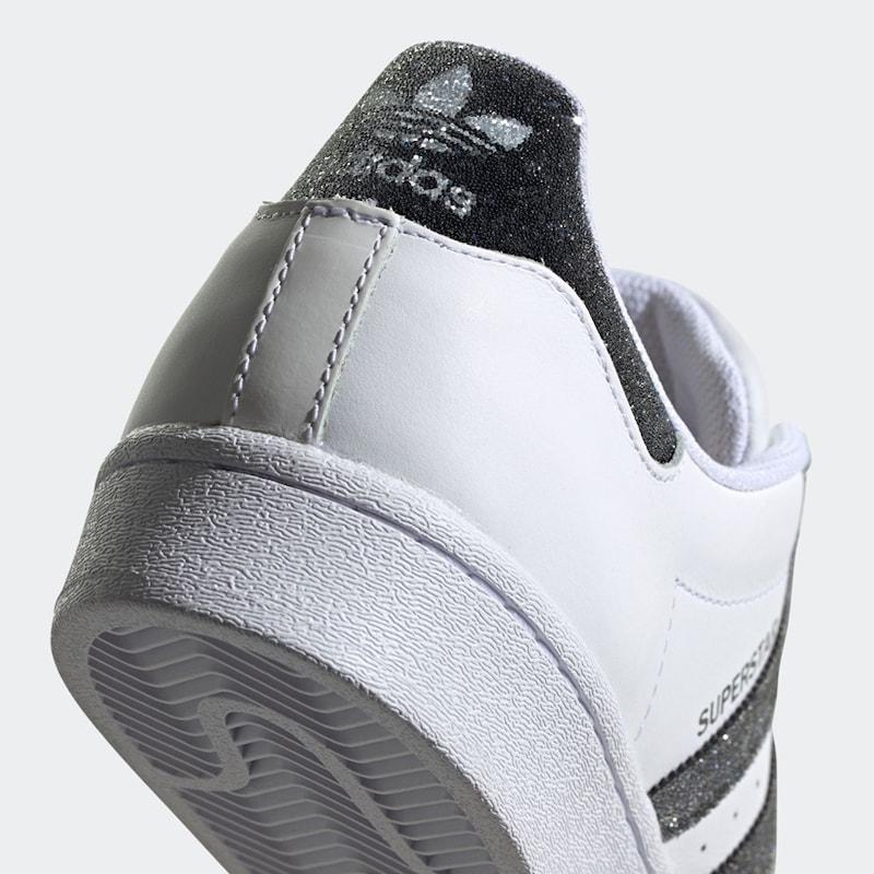 foto della sneakers in dettaglio posteriore