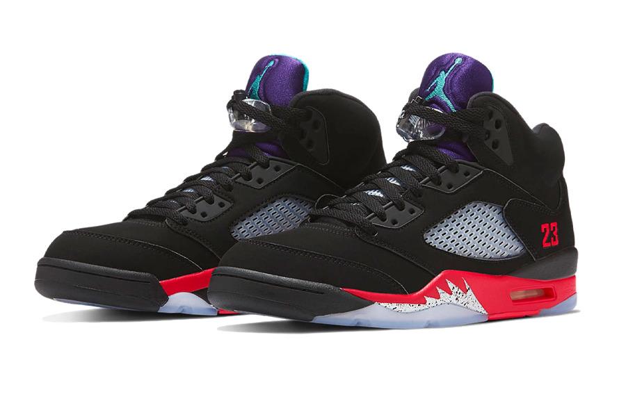 Vista frontale paio sneakers AJ5